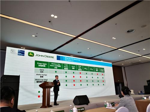 约翰迪尔销售市场部青贮和牧草产品市场经理崔腾凯发表专题演讲.jpg