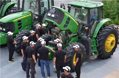 參賽選手對6J拖拉機興趣濃厚.jpg